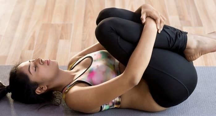 تمرین زانو به سینه برای درمان درد عصب سیاتیک